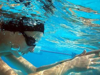 Swimming-pool-woman-underwater