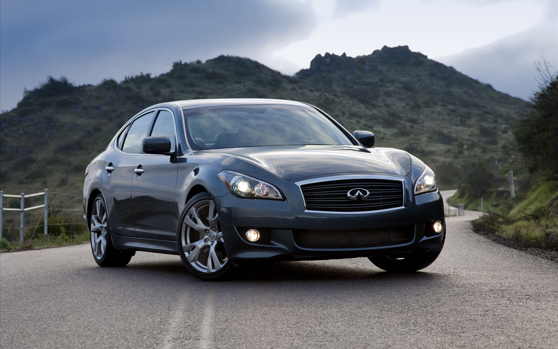 Review Infiniti Takes Aim At Germany S Best Luxury Sedans With