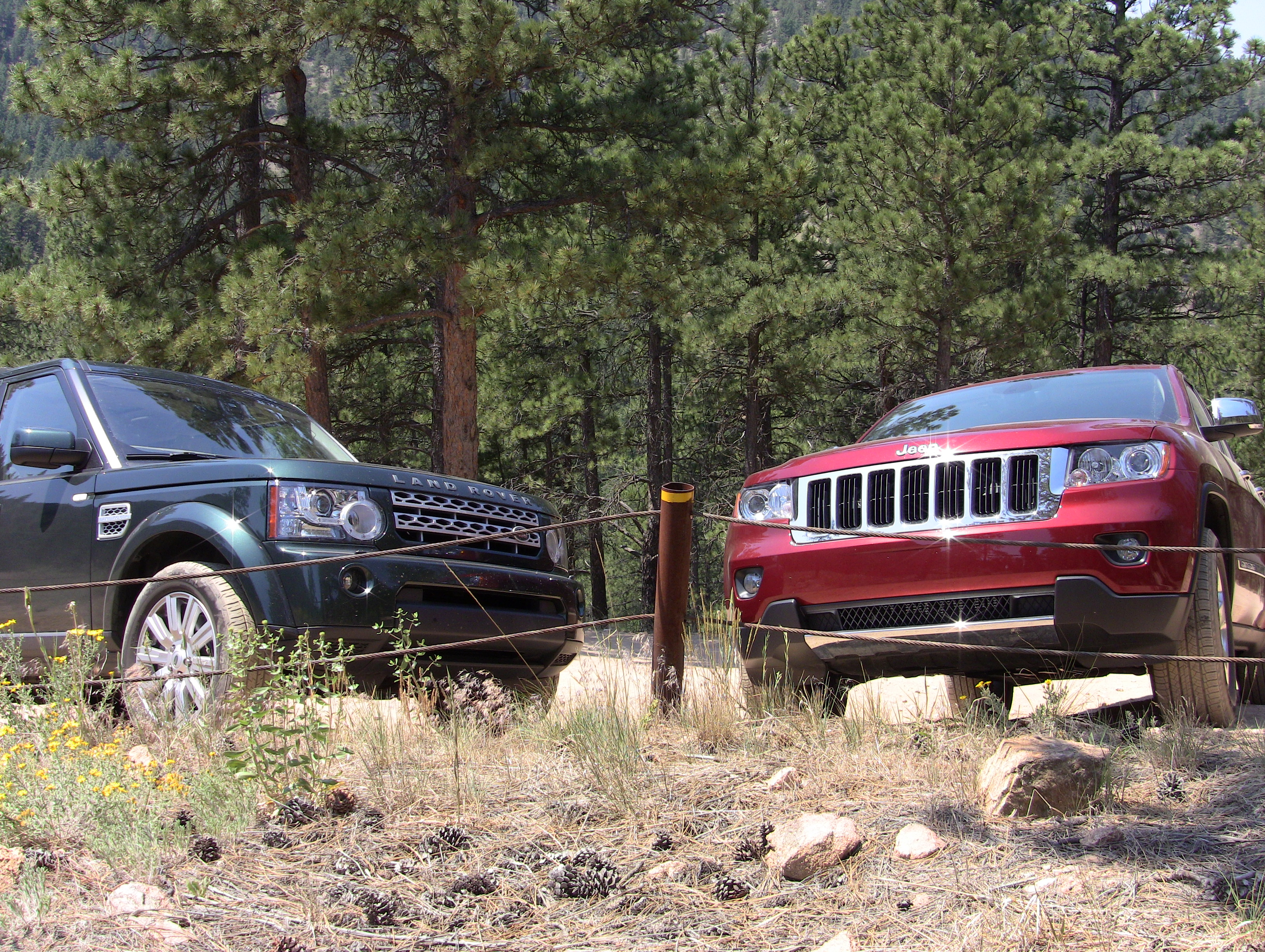 Video 2012 Land Rover LR4 vs Jeep Grand Cherokee f Road Mashup